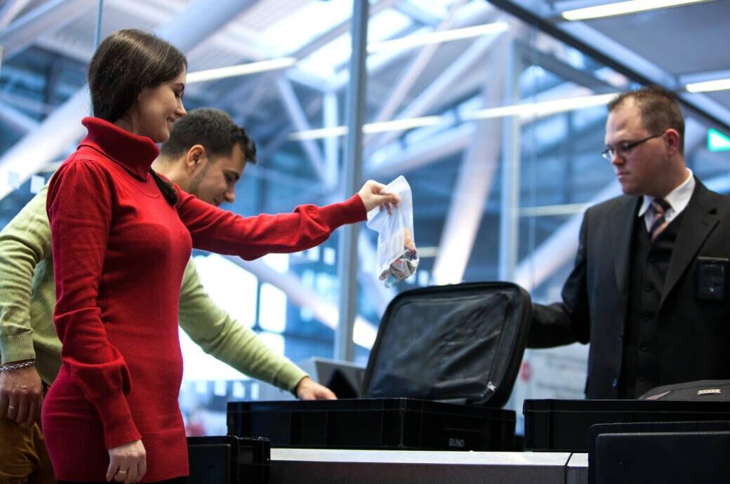 Darum müssen bei Flugreisen die Flüssigkeiten in Plastik-Beutel