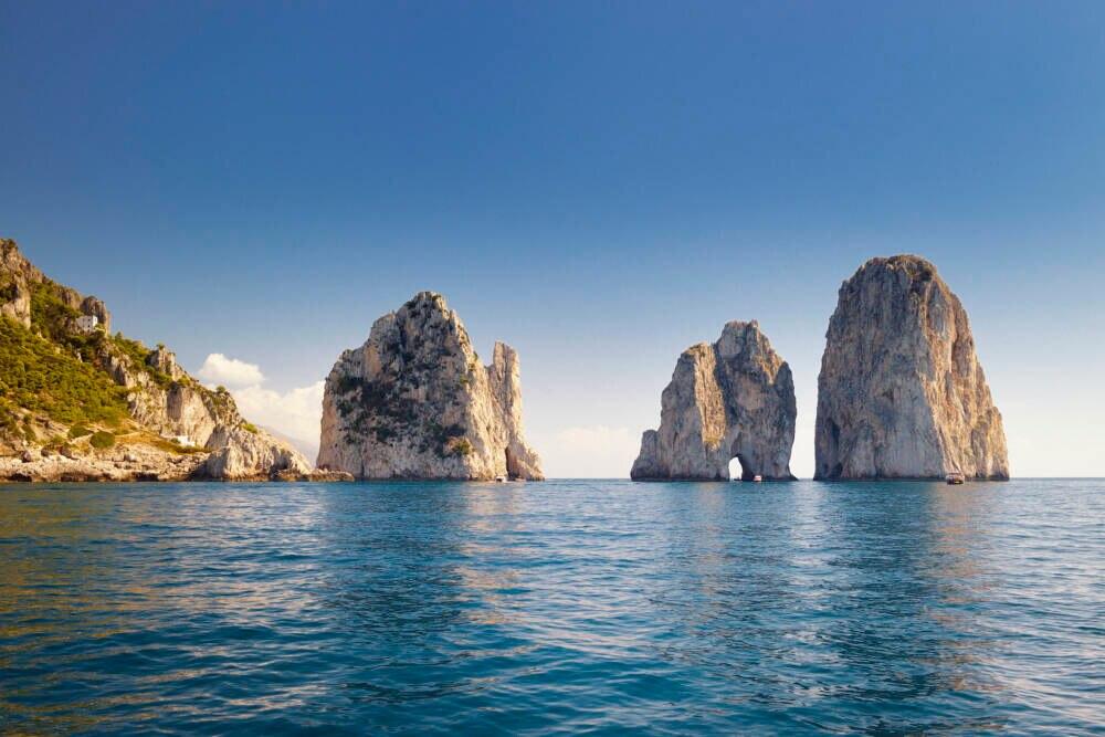 Die Faraglioni in der Bucht von Neapel vor Capri