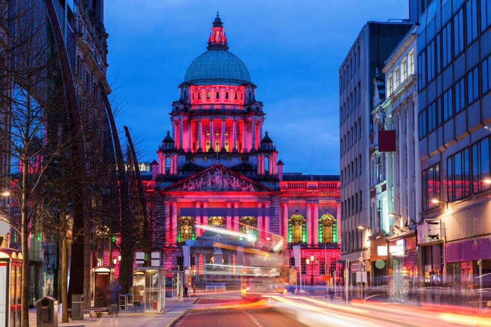 Das Rathaus von Belfast bei Nacht