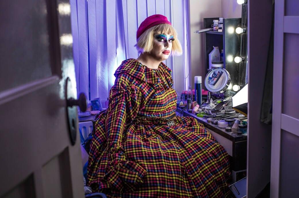 Drag Queen posiert in ihrem Schminkzimmer