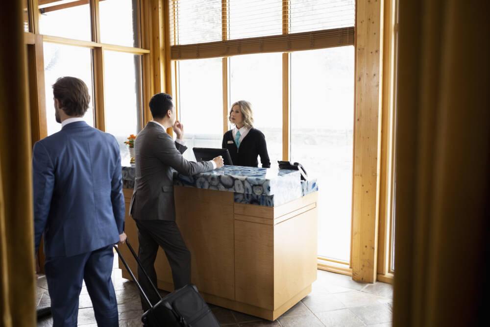 Geschäftsmann beim Check-in an der Hotelrezeption