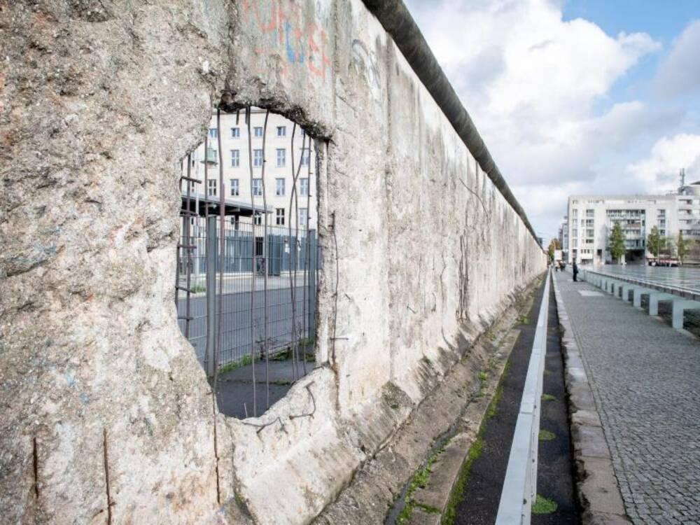 Löcher in den Mauerresten