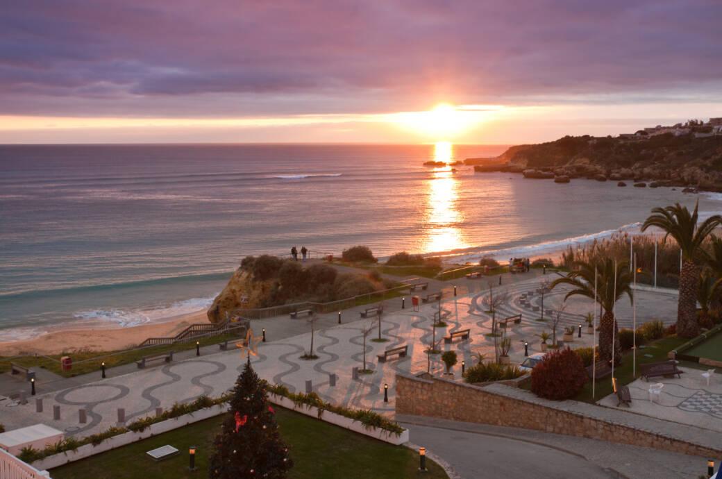 Blick auf einen Strand mit Sonnenuntergang