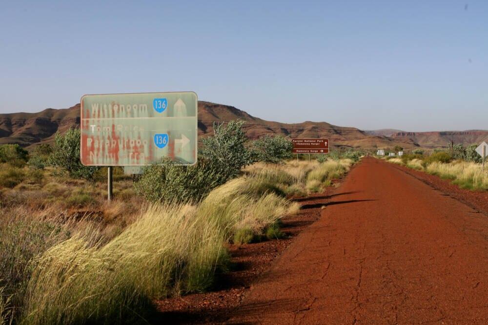 Ein Schild weist nach Wittenoom in Australien