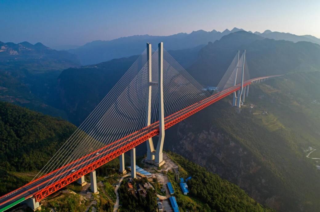Die Schlucht unter der höchsten Brücke der Welt ist mehr als einen halben Kilometer tief