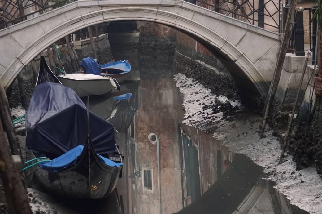 Kaum Wasser: Die venezianischen Gondeln stecken im Matsch fest