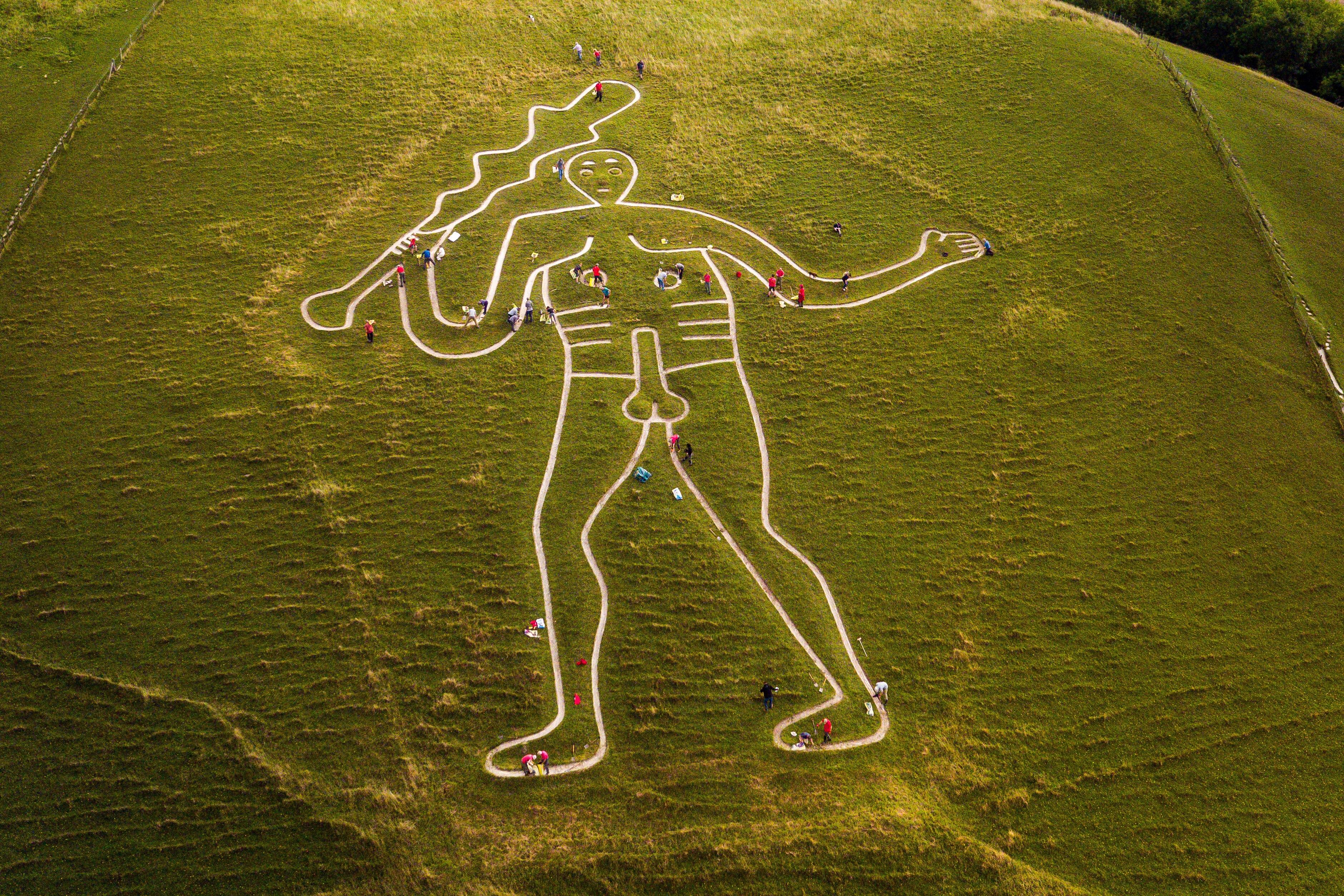 Rätsel um den nackten Riesen-Mann in England