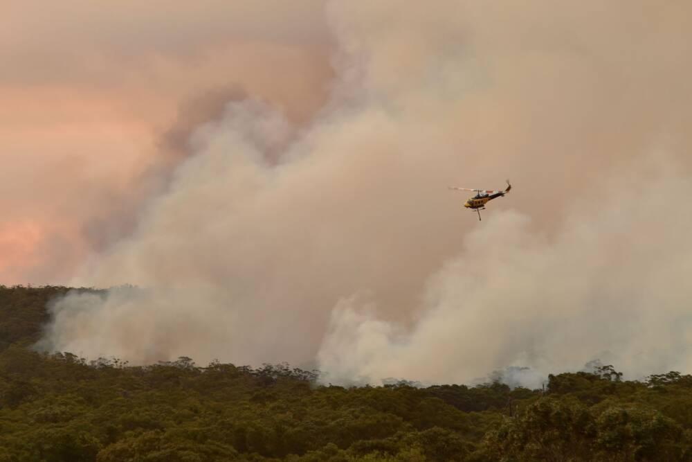 Helikopter kämpft gegen die Feuer in Australien