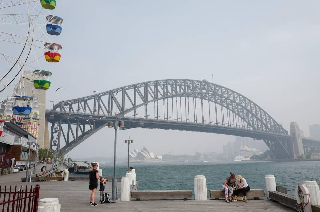 Das Sydney Opera House und die Harbour Bridge sind durch den Dunst von Buschfeuern in New South Wales zu sehen