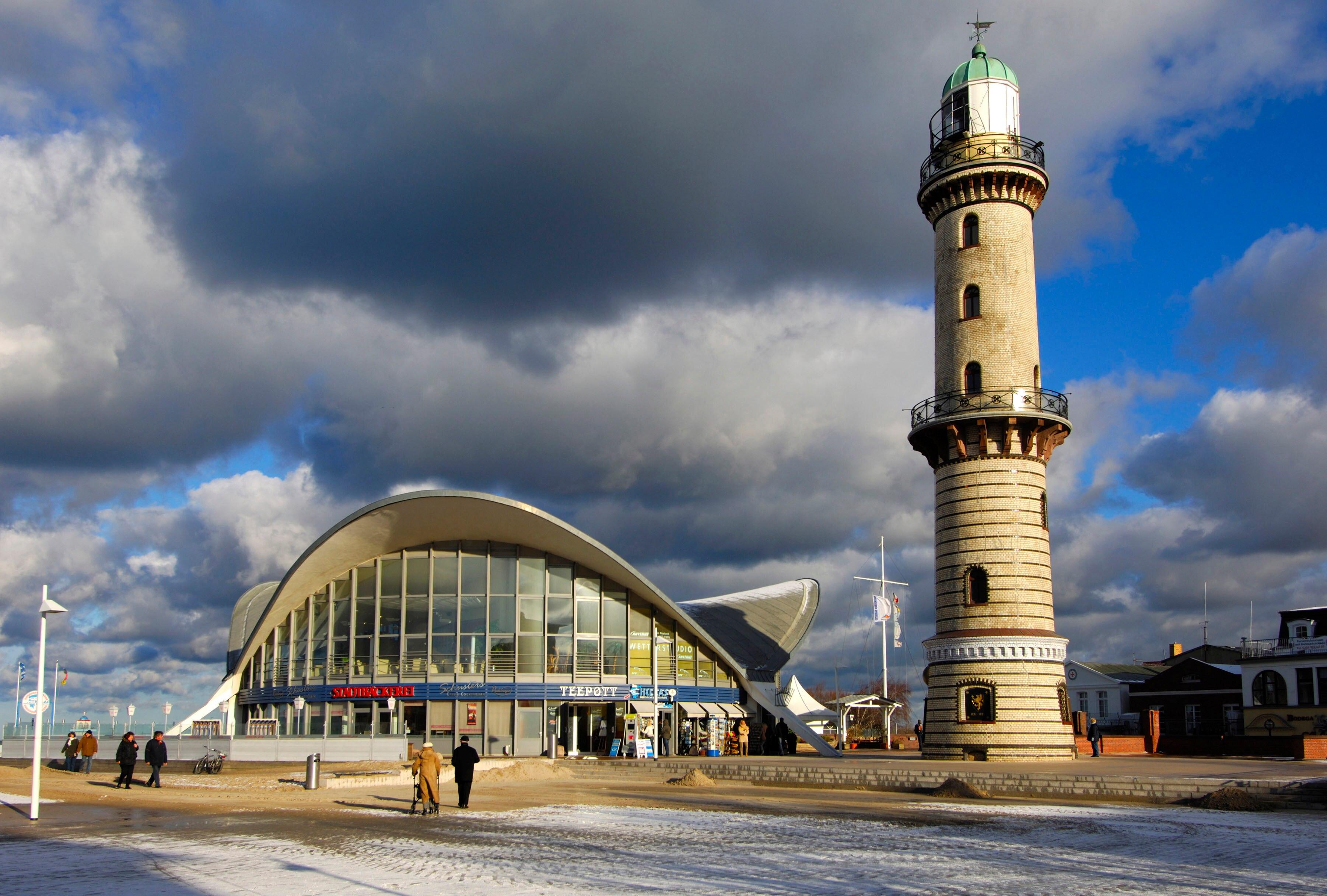 Der Leuchtturm neben einer weiteren Sehenswürdigkeit Rostocks: dem Teepott