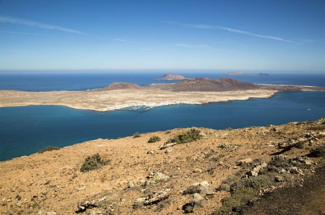 Blick von der Insel Lanzarote nach Fuerteventura