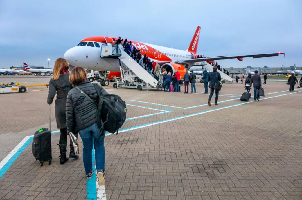 Passagiere steigen in eine Easyjet-Maschine