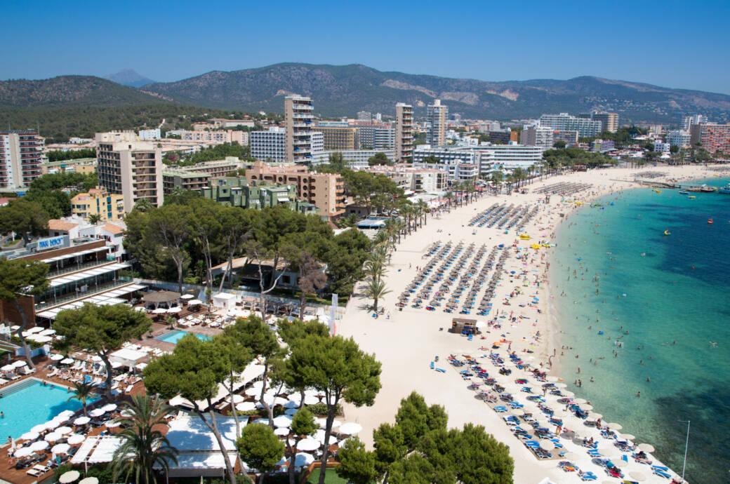 Blick auf den Strand in Magaluf auf Mallorca