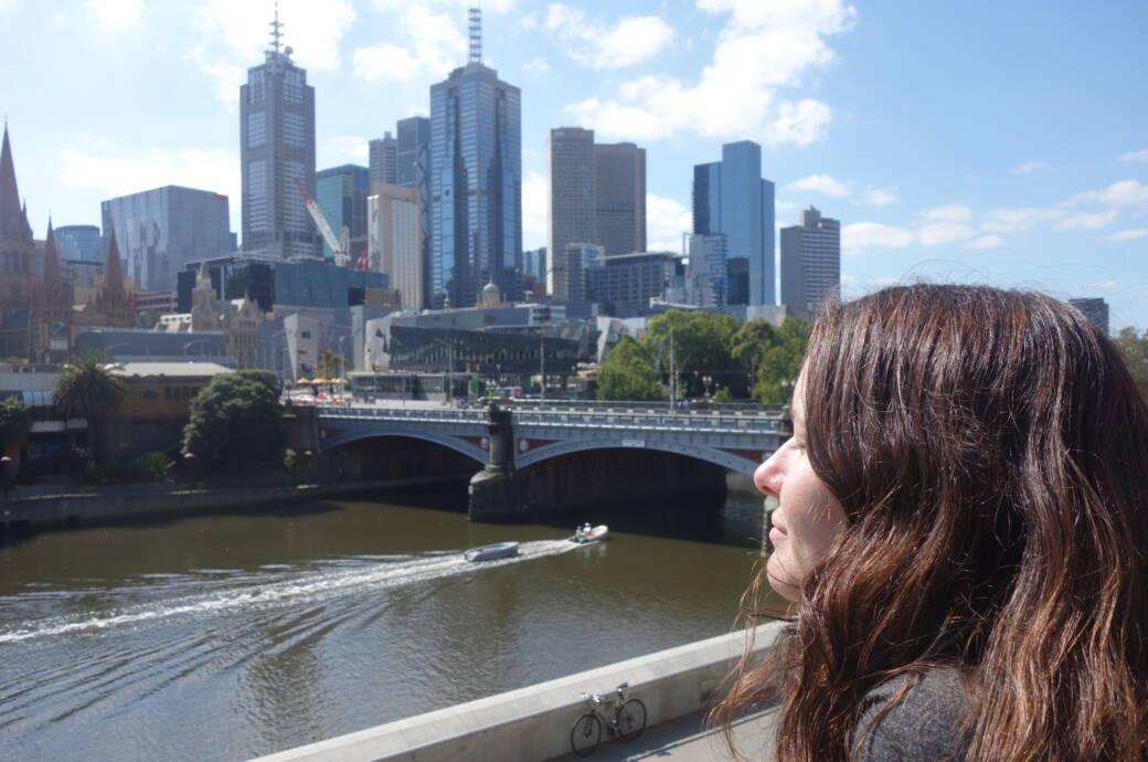 Anna Wengel vor der Skyline von Melbourne, Australien