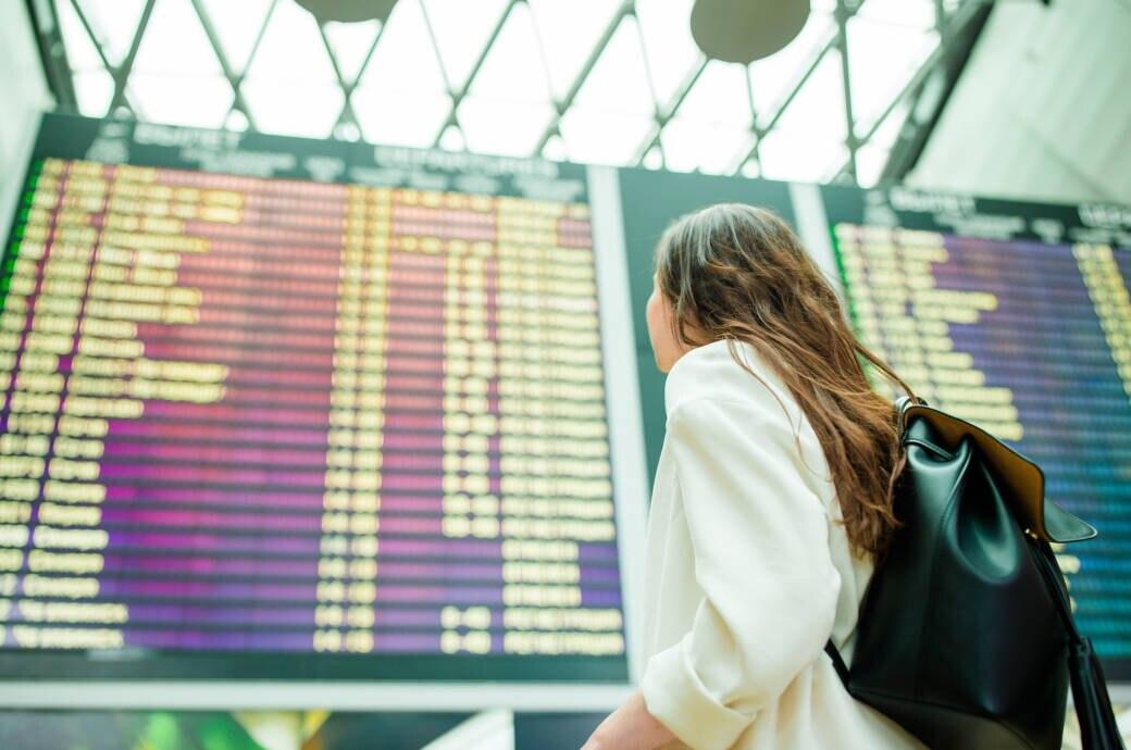 Blick auf Flug-Anzeigetafel am Flughafen