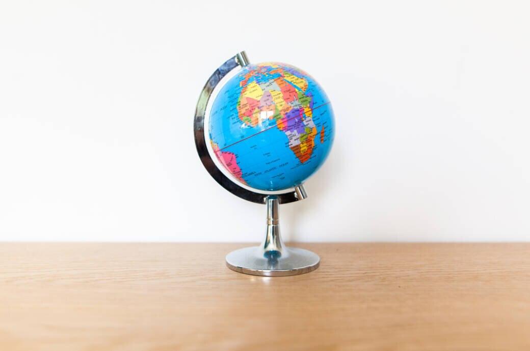 Die Erde ist in 180 Breitengrade und 360 Längengrade aufgeteilt, damit die Position bestimmter Punkte auf der Erde besser bestimmt werden kann