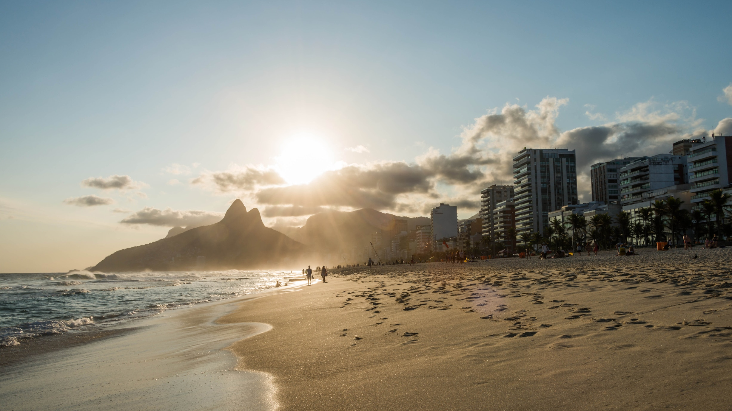 Sonnenuntergang am Ipanema Strand in Rio de Janeiro, Brasilien