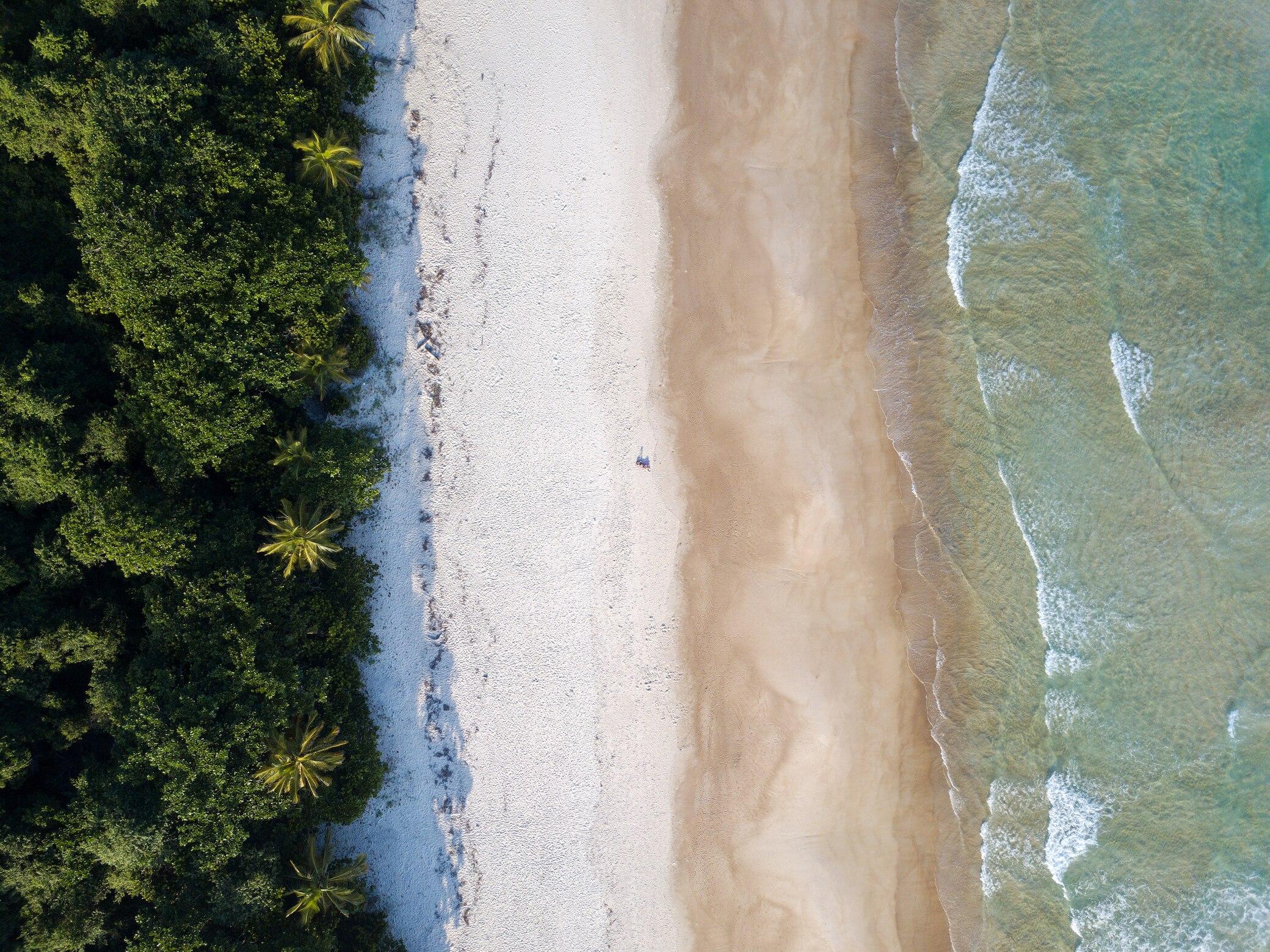 Der Strand Lopes Mendes auf der Ilha Grande in Brasilien von oben