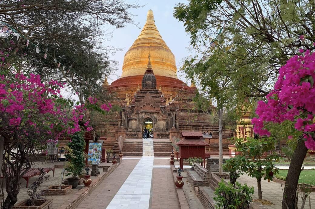Tempel mit Gold in Bagan in Myanmar