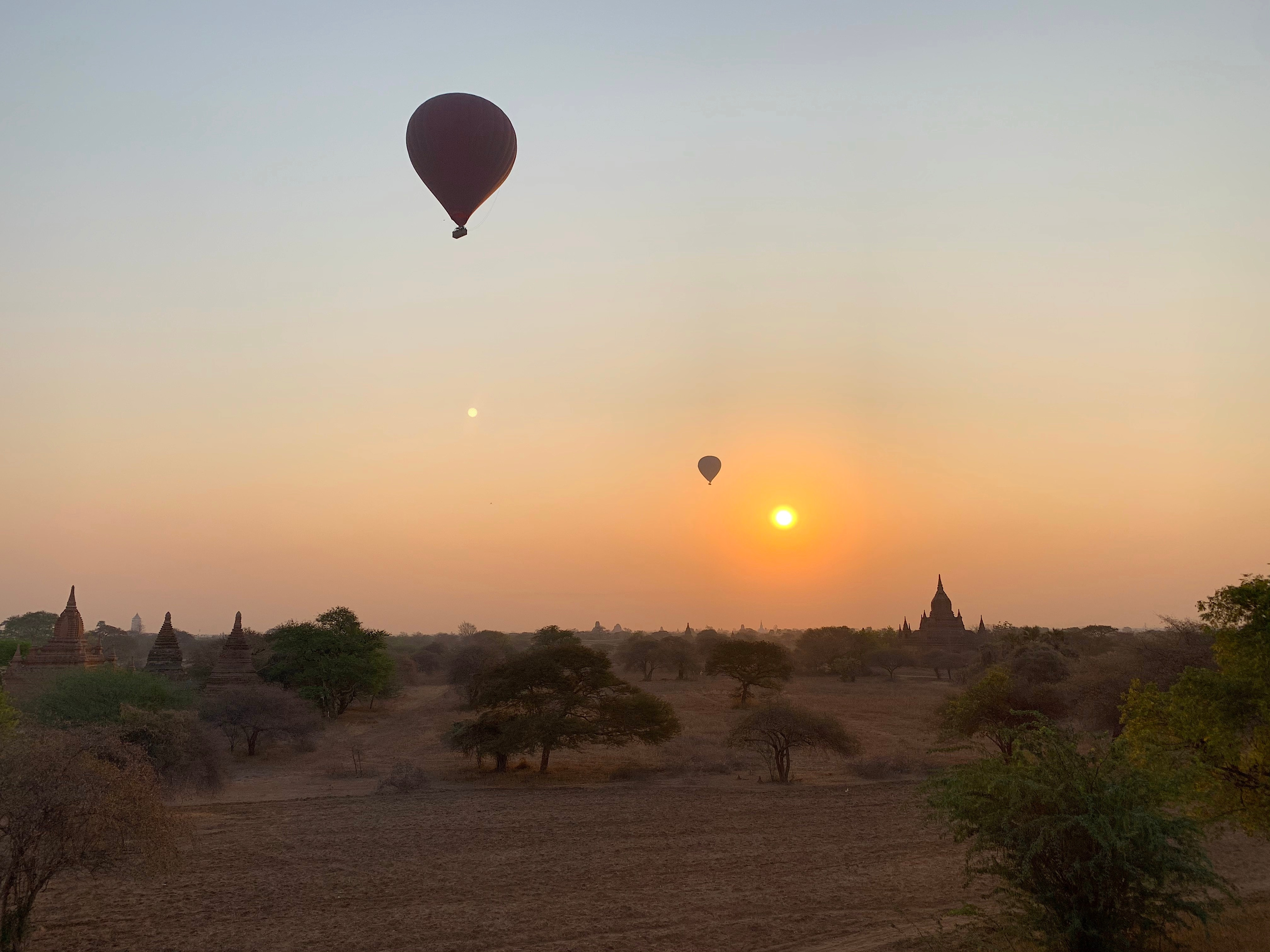 Sonnenaufgang in Bagan mit Heißluftballons