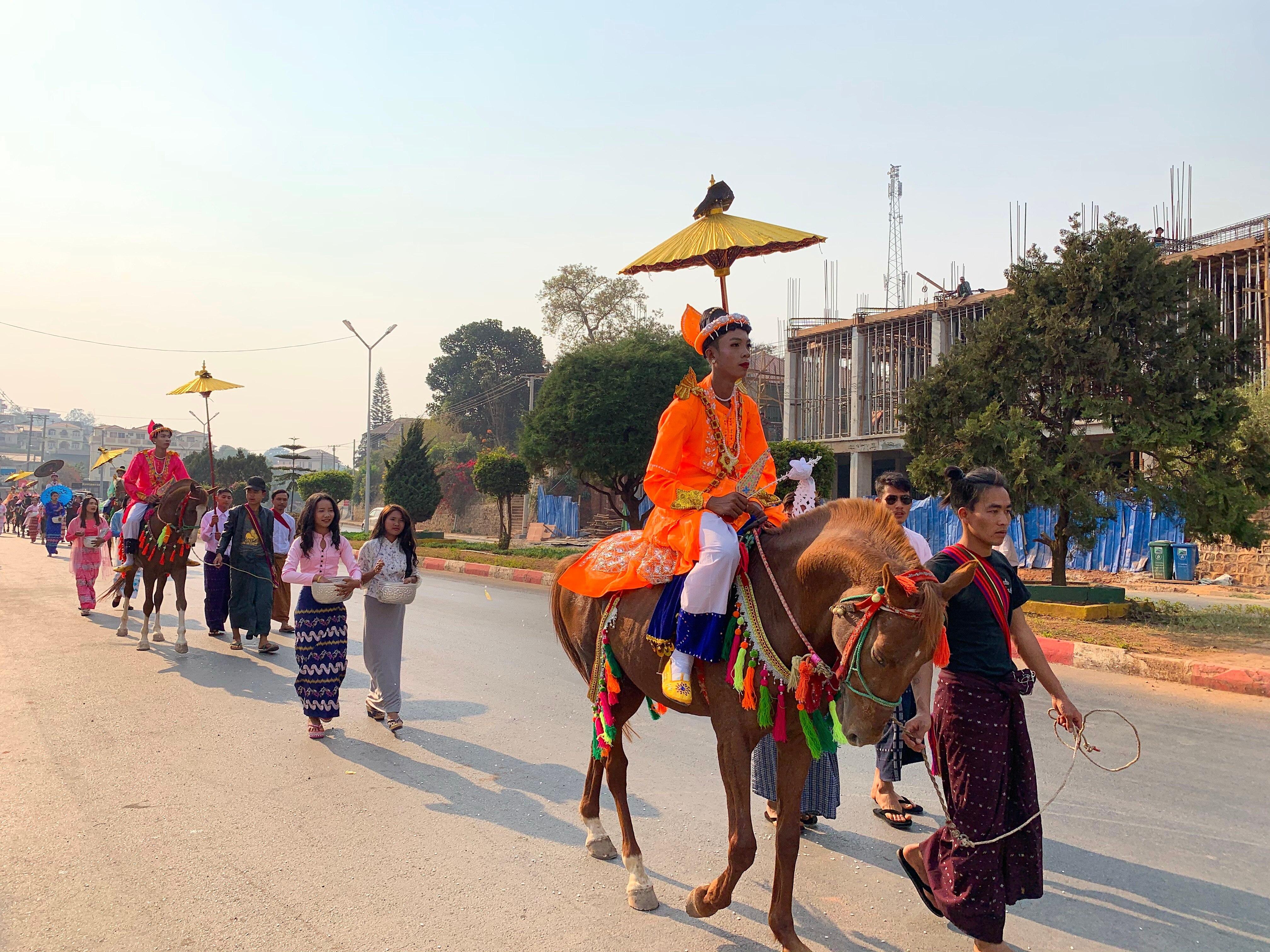 Eine traditionelle Zeremonie, bevor junge Männer im buddhistischen Kloster zum Mönch werden