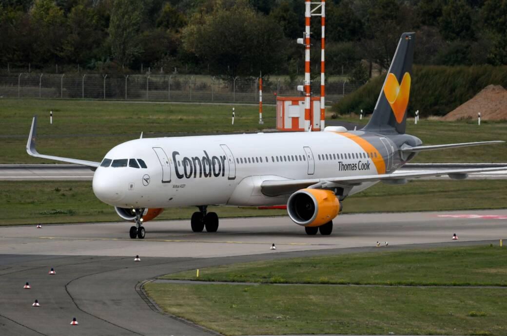 Flugzeug von Condor Thomas Cook auf dem Rollfeld
