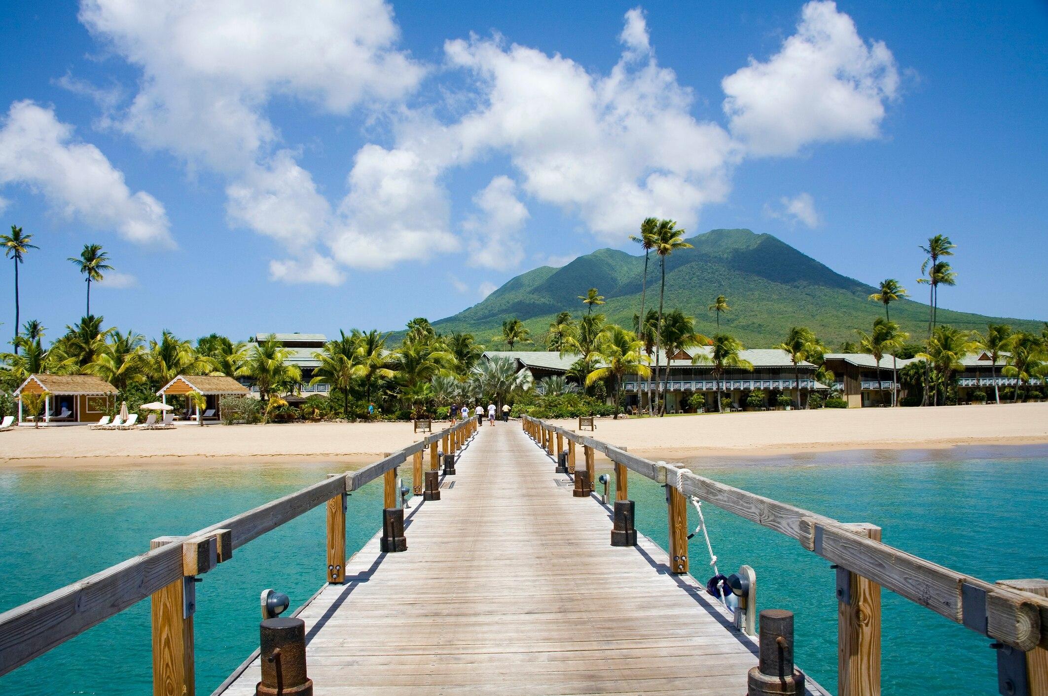 Wunderschön: der Pinney's Beach auf Nevis. Im Hintergrund zu sehen: der Vulkan Nevis Peak.