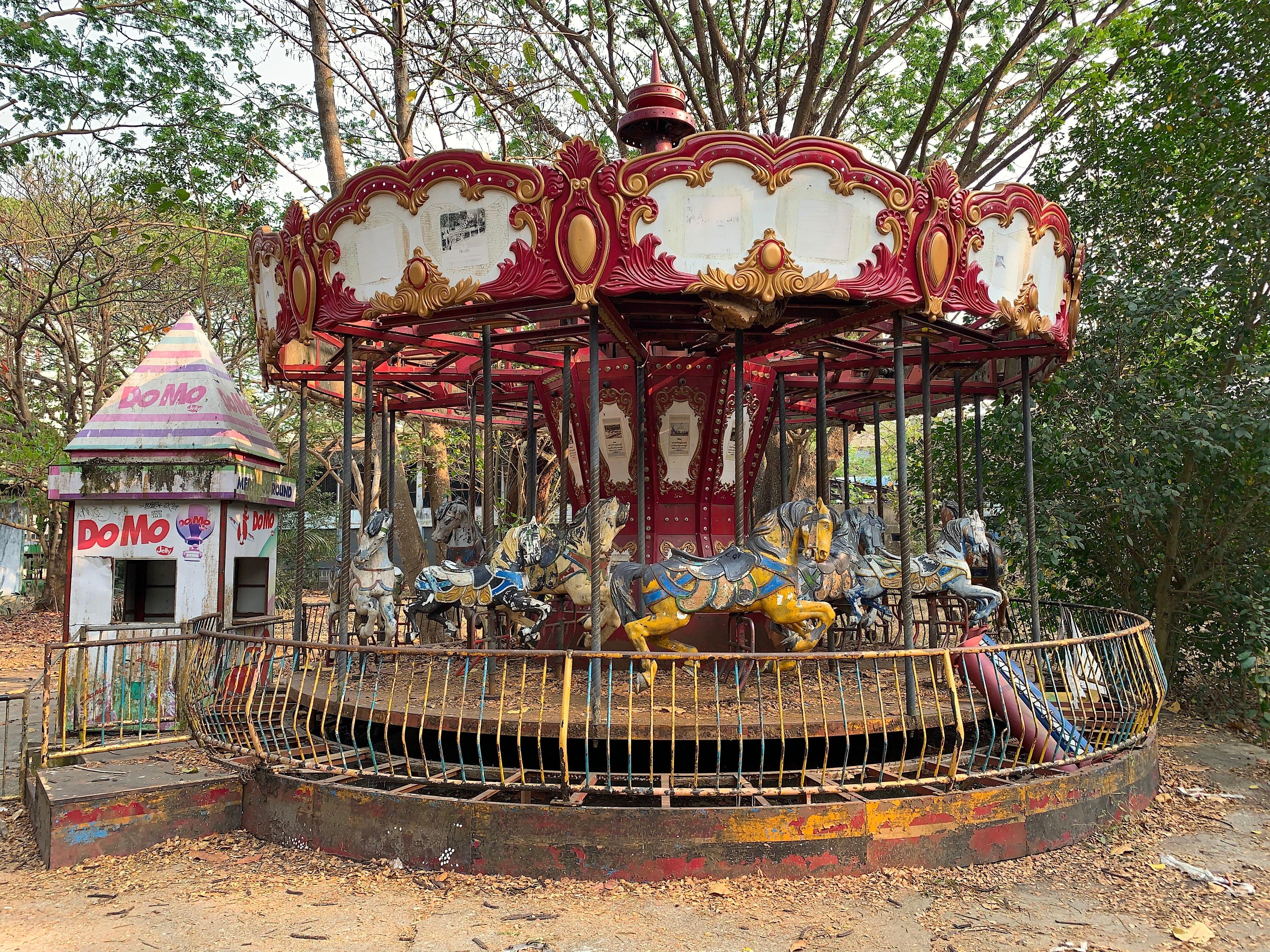 Karussell im verlassenen Vergnügungspark in Yangon