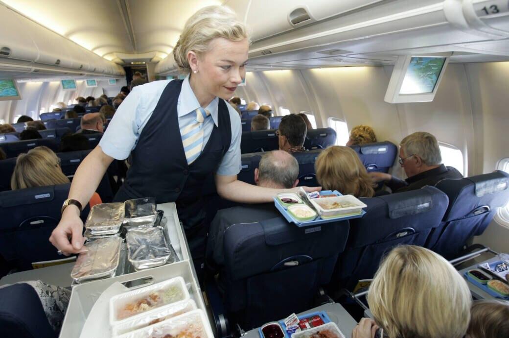 Essensausgabe im Flugzeug