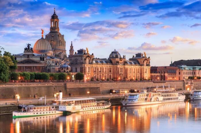 Ein Blick auf die Silhouette von Dresden samt Brühlscher Terrasse. Bei Sonnenuntergang ist das Elbufer ein echter Traumspot!