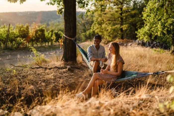 Psssst! Zwischen den Weinbergen im Elbland findet jeder ein ruhiges Plätzchen für sich ganz allein. Am besten mit einem Glas hiesigem Wein in der Hand