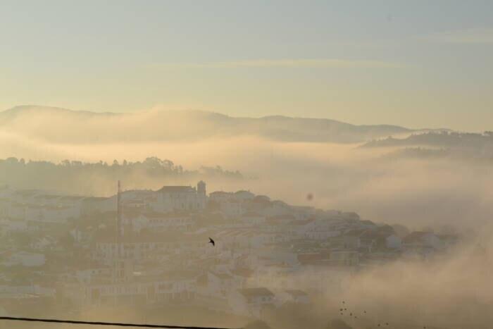 Aljezur in Portugal im Nebel