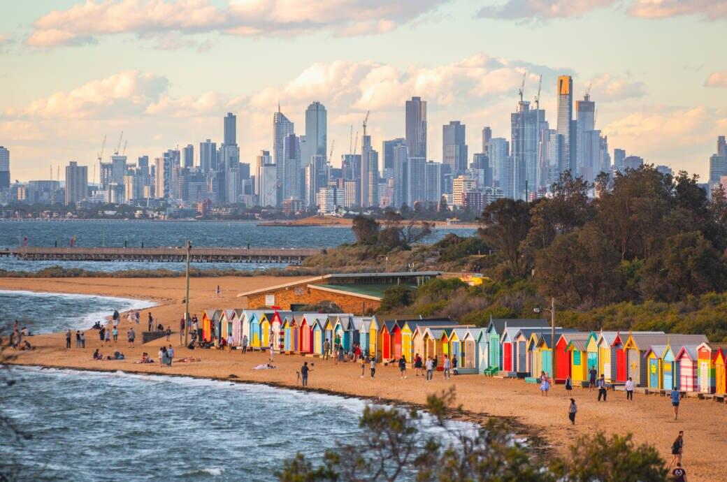 Melbournes Skyline hinterm Brighton Beach