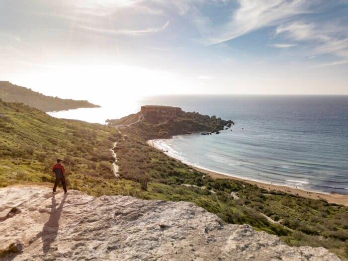 Auch aus der Vogelperspektive ist der Riviera Beach auf Malta einladend