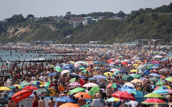 Die Sonnenschirme stehen dicht an dicht – doch Mundschutz trägt am Strand kaum jemand
