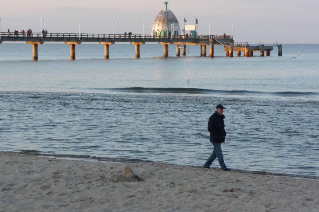 Die Vineta-Brücke am Strand von Zinnowitz auf der Ostsee-Insel Usedom