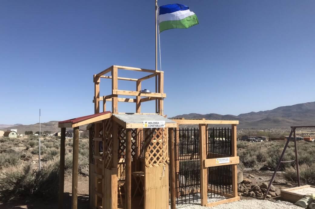 Die Polizeistation und das angrenzende Gefängnis von Molossia