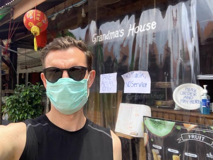 Martin Lewicki trägt Mund-Nase-Schutzmaske auf Koh Lanta in Thailand