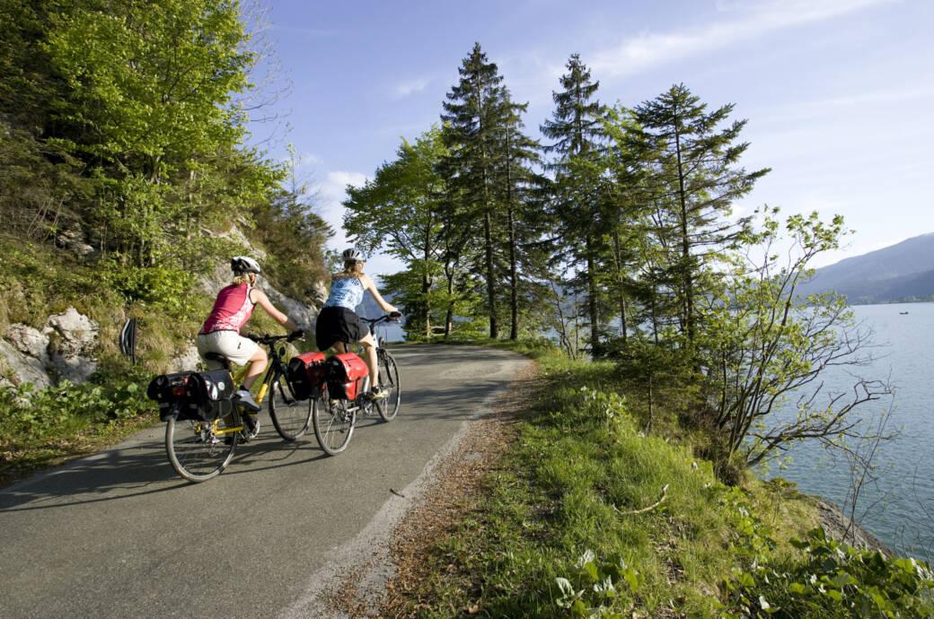 Radwanderinnen am Walchensee in Bayern
