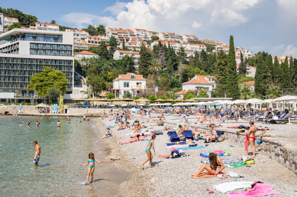 Am Strand von Dubrovnik versuchen Urlauber den Abstand einzuhalten