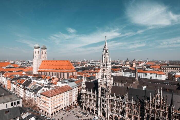 In der Altstadt am zentralen Marienplatz stehen Wahrzeichen wie das neugotische Neue Rathaus