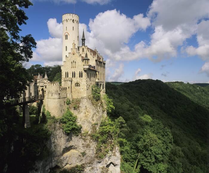 Ein Schloss vor grünem Wald