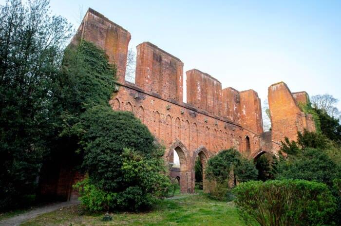 Die Vorderansicht einer Klosterruine