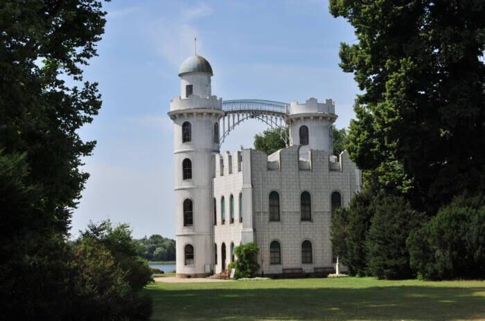 Ein weißes Schloss in einem Park