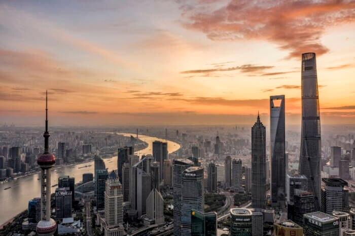 Der Shanghai Tower ist hier ganz rechts im Bild zu sehen – er ist nicht der einzige Skyscraper in Shanghai, aber der höchste