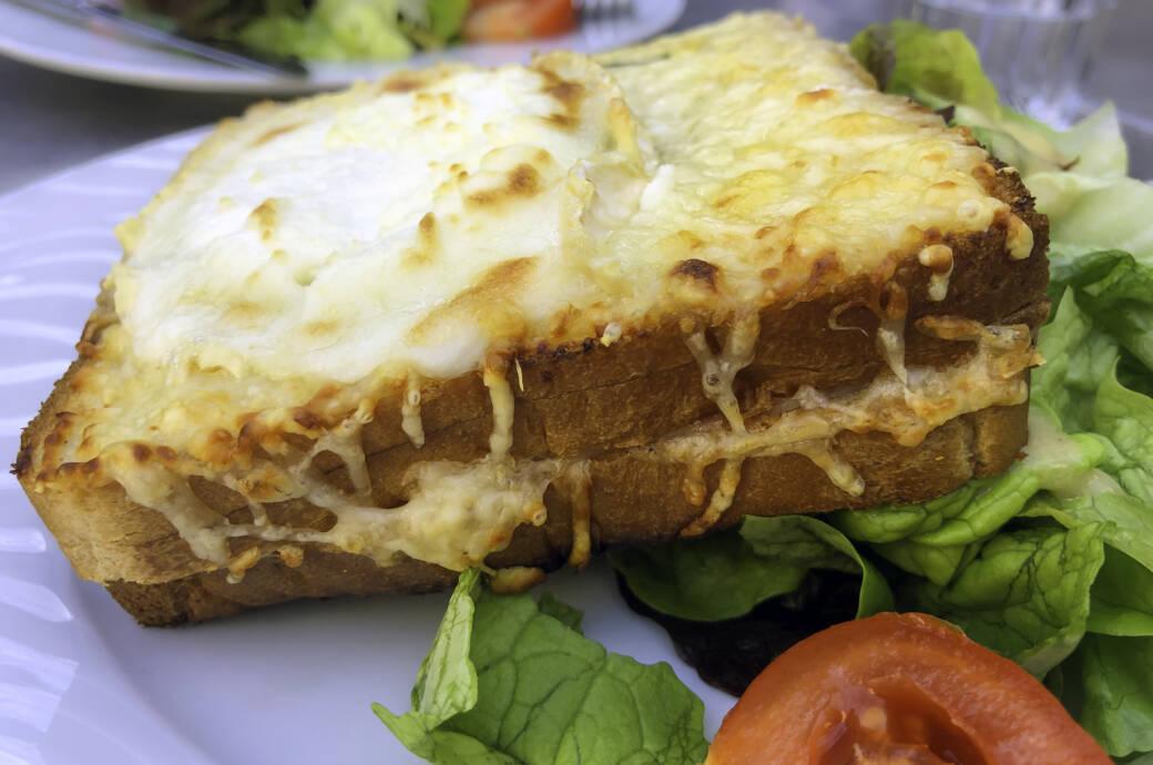Croque Monsieur ist ein traditionelles Sandwich-Gericht aus Frankreich mit Schinken und viel Käse