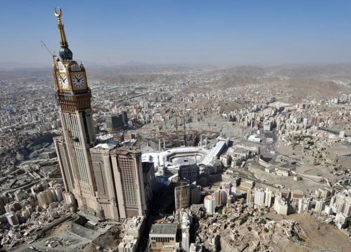 Inmitten der Hochhausgruppe Abraj Al Bait Towers ragt der Mecca Royal Hotel Clock Tower hervor