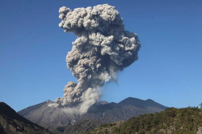 Der Sakurajima, einer der aktivsten Vulkane der Welt, aus der Luft