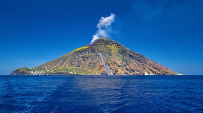 Der Stromboli ist einer der aktivsten Vulkane überhaupt und bricht mitunter im Minutentakt aus