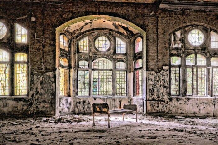 Ein verlassenes Krankenbett